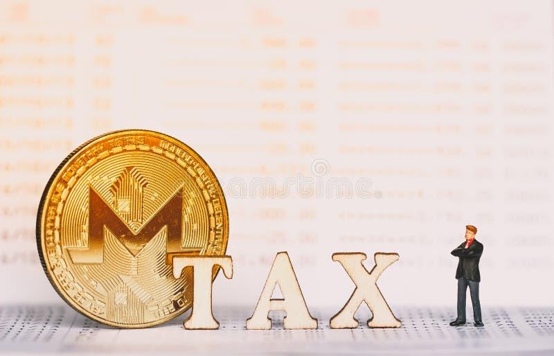 Bitcoin und Holzklötze mit STEUER-Buchstaben stockbild