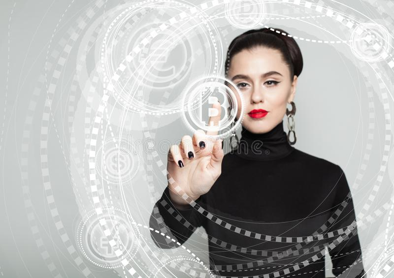 Bitcoin, virtuele vertoning en vrouwenhand Blockchainoverdrachten stock afbeeldingen
