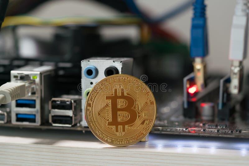 Bitcoin vor dem hintergrund des Motherboards im Gestell für den Schlüsselwährungsbergbau stockfoto