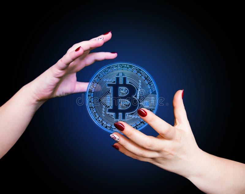 Bitcoin w kobiety ` s ręce, zbliżenie zdjęcia stock