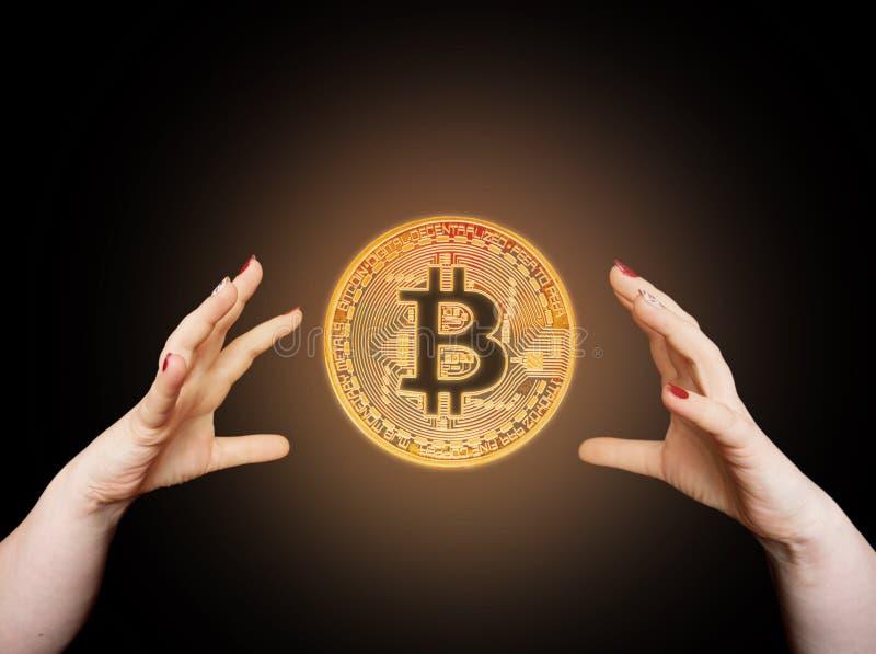 Bitcoin w kobiety ` s ręce, zbliżenie obrazy royalty free