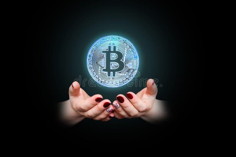 Bitcoin w kobiety ` s ręce, zbliżenie zdjęcie royalty free