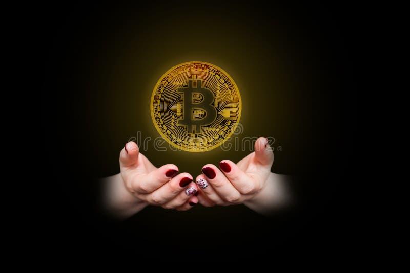 Bitcoin w kobiety ` s ręce, zbliżenie fotografia royalty free