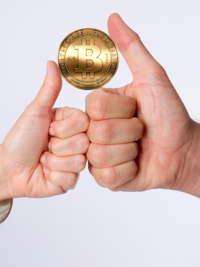 Bitcoin w mężczyzna kobiety ręki aprobatach obraz stock
