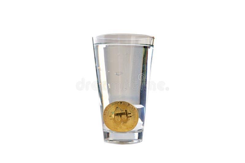 Bitcoin wordt gelaten vallen in een glas water Geïsoleerdj op witte achtergrond Sluit omhoog stock afbeelding