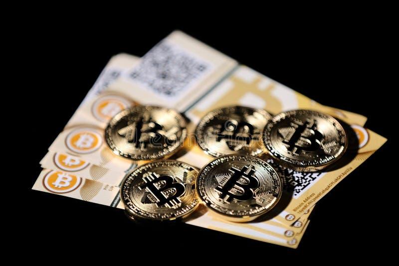 Bitcoin y billetes de banco imagen de archivo