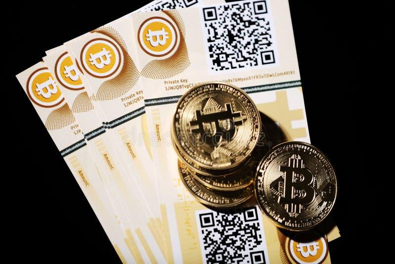 Bitcoin y billetes de banco imagenes de archivo