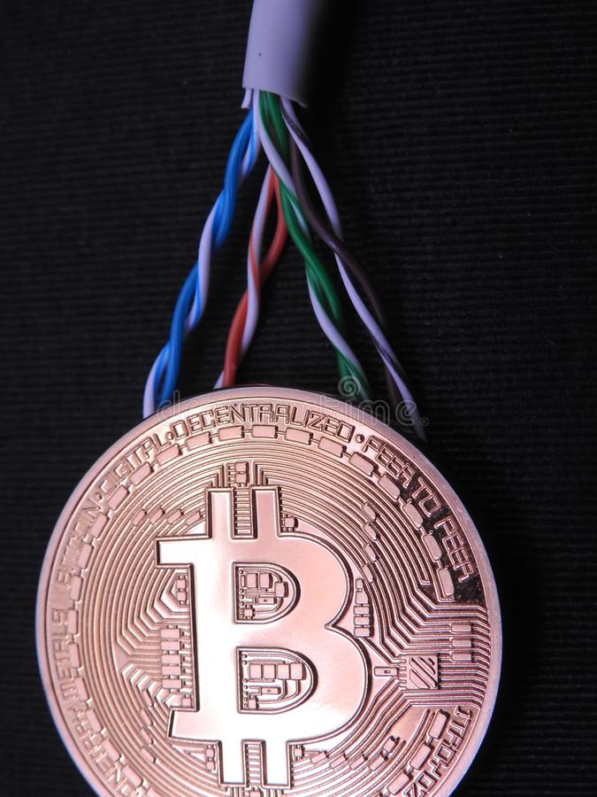 Bitcoin y cable de datos torcido imagenes de archivo