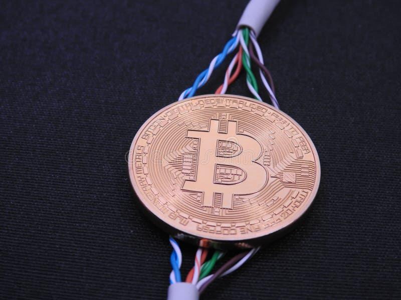 Bitcoin y cables de datos torcidos fotos de archivo libres de regalías