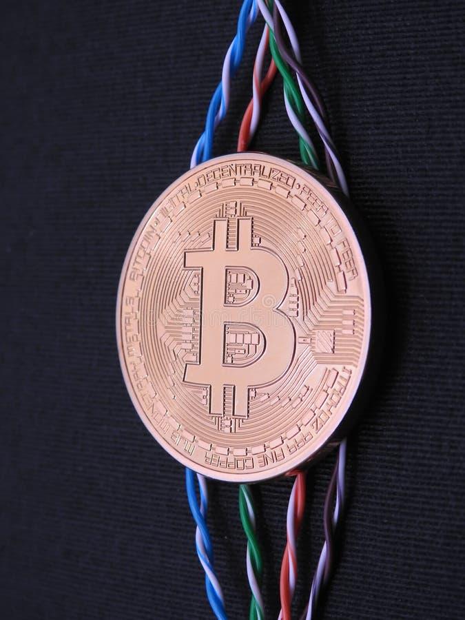 Bitcoin y cables torcidos fotos de archivo