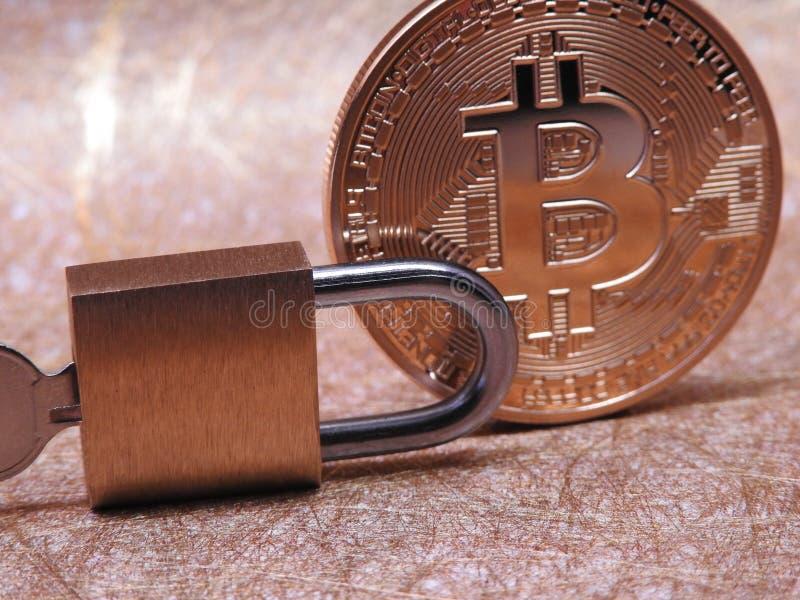 Bitcoin y candado imagen de archivo libre de regalías
