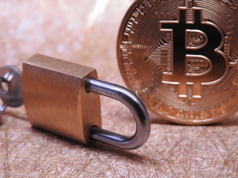 Bitcoin y candado foto de archivo libre de regalías