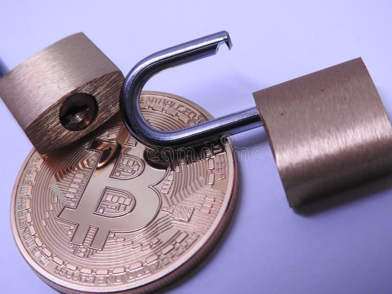 Bitcoin y candados del latón fotografía de archivo