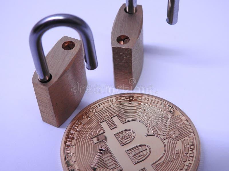 Bitcoin y candados del latón fotos de archivo libres de regalías