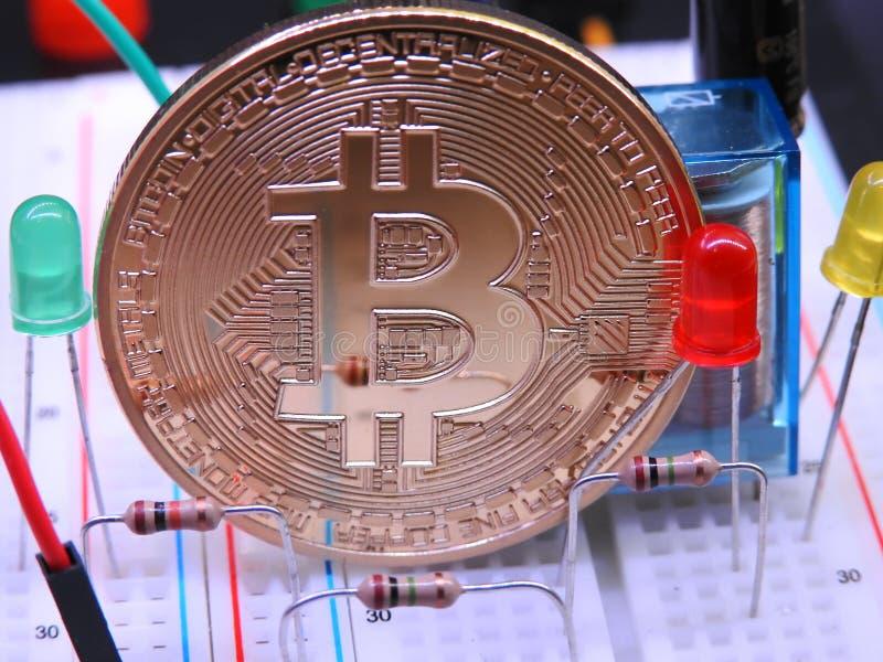 Bitcoin y componentes electrónicos imágenes de archivo libres de regalías