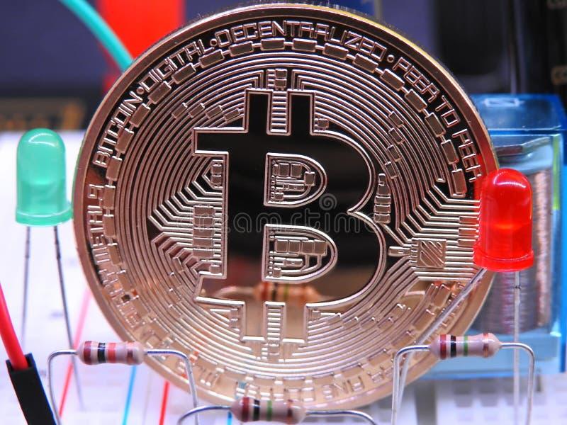 Bitcoin y componentes electrónicos fotografía de archivo