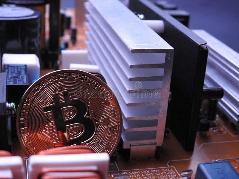 Bitcoin y componentes electrónicos del tablero de poder fotografía de archivo