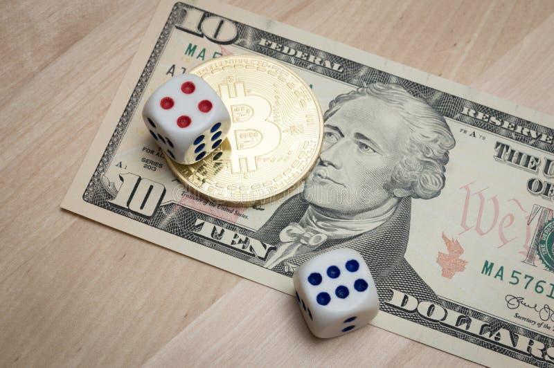 Bitcoin y dólar y dados en la tabla imagen de archivo libre de regalías
