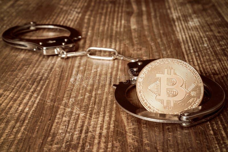 Bitcoin y esposas de oro imagenes de archivo