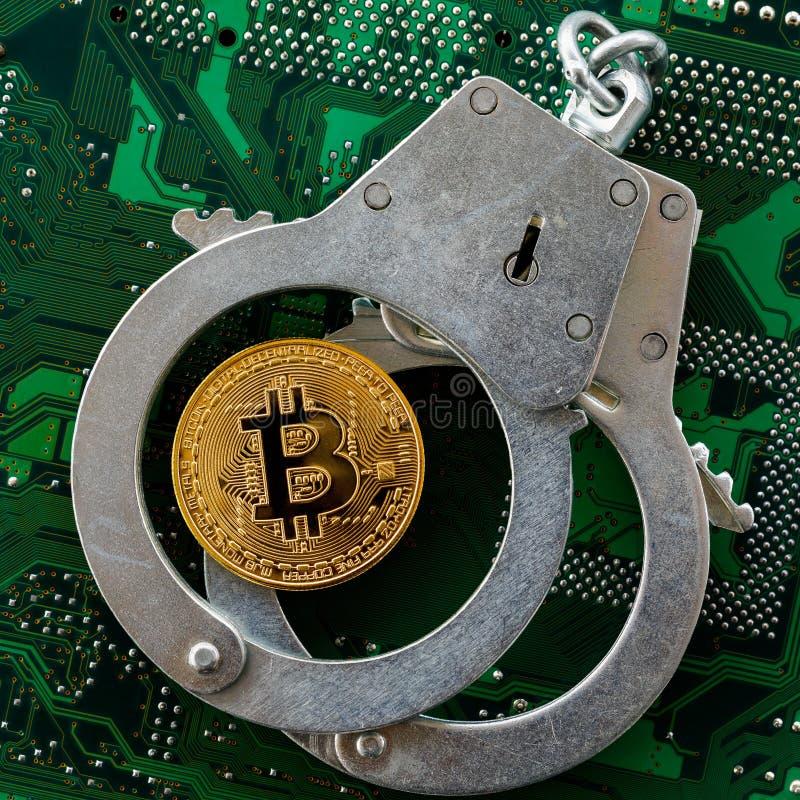Bitcoin y esposas en un chip de ordenador, visión superior foto de archivo libre de regalías