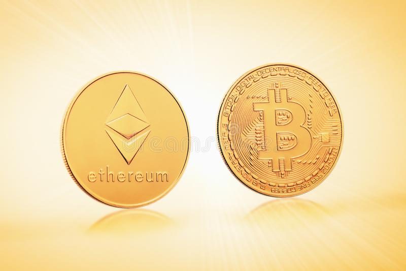 Bitcoin y ethereum de los símbolos de las monedas en un fondo de luces de oro fotos de archivo libres de regalías