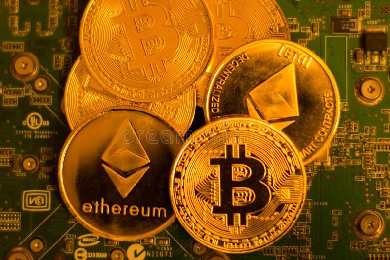 Bitcoin y Etherium en una placa de circuito foto de archivo libre de regalías