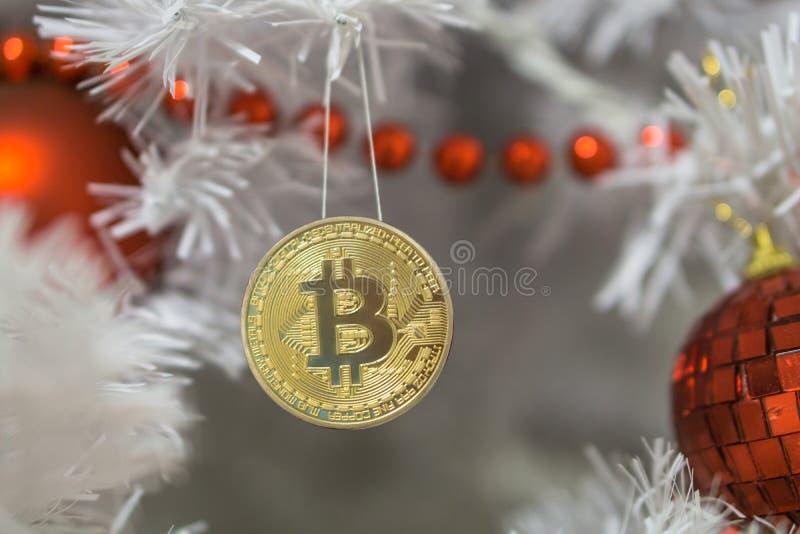 Bitcoin y la Navidad, bitcoin del oro del Año Nuevo Bitcoin de Cryptocurrency en un árbol de navidad imagen de archivo