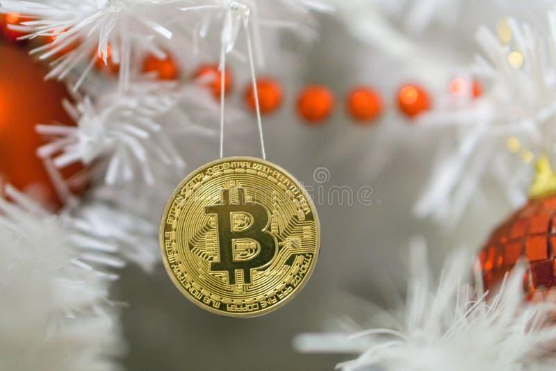Bitcoin y la Navidad, bitcoin del oro del Año Nuevo Bitcoin de Cryptocurrency en un árbol de navidad imágenes de archivo libres de regalías