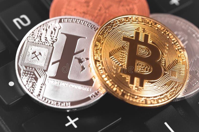 Bitcoin y Litecoin imágenes de archivo libres de regalías