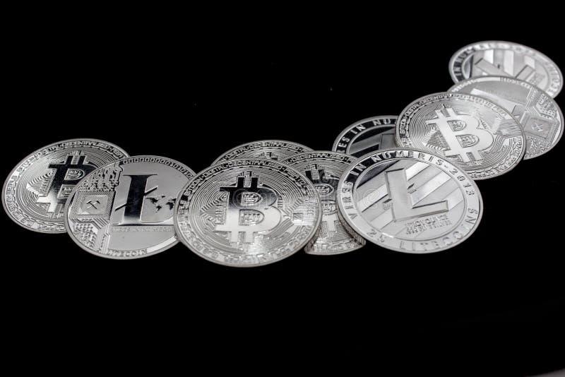 Bitcoin y litecoin Crypto de las monedas en un fondo negro fotografía de archivo libre de regalías