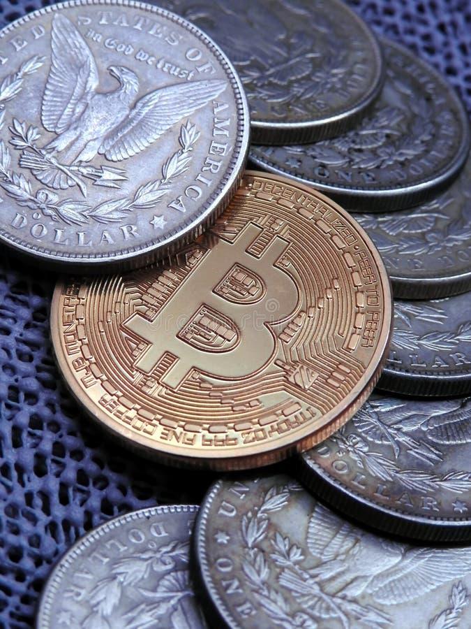 Bitcoin y Morgan Dollars de plata antiguo fotografía de archivo libre de regalías