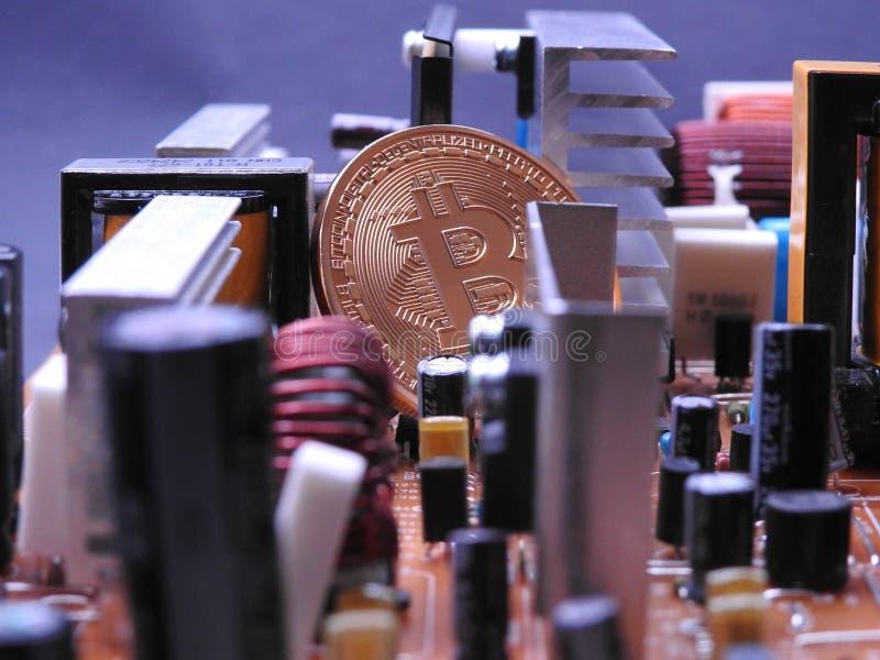 Bitcoin y mucha electrónica imagen de archivo