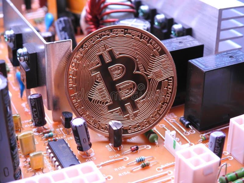Bitcoin y muchos componentes electrónicos fotografía de archivo libre de regalías