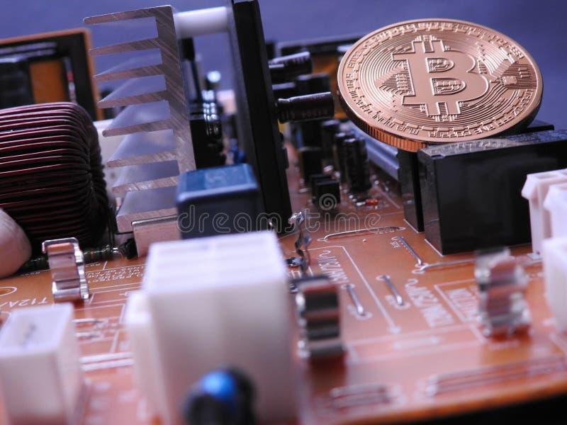 Bitcoin y placa de circuito del poder imágenes de archivo libres de regalías