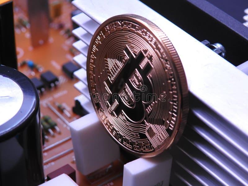 Bitcoin y placa de circuito del poder fotografía de archivo libre de regalías