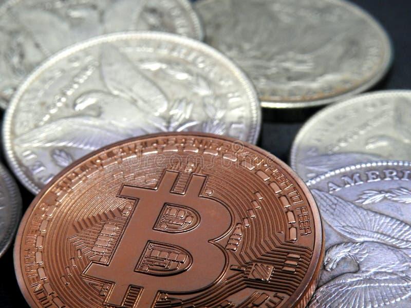 Bitcoin y plata Morgan Dollars fotografía de archivo libre de regalías