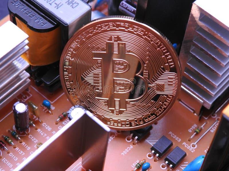 Bitcoin y refrigeradores electrónicos del componente y de aluminio foto de archivo