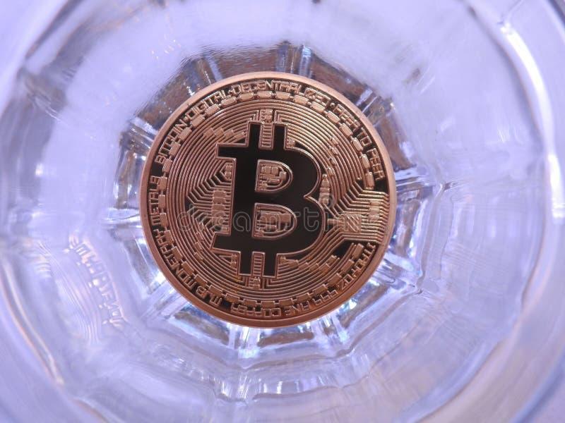 Bitcoin y vidrio fotografía de archivo