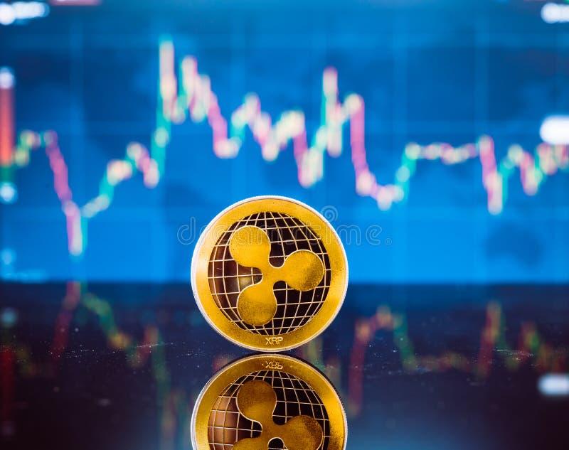 Bitcoin y XRP, moneda virtual del pedazo del oro y moneda del dinero del xrp fotos de archivo