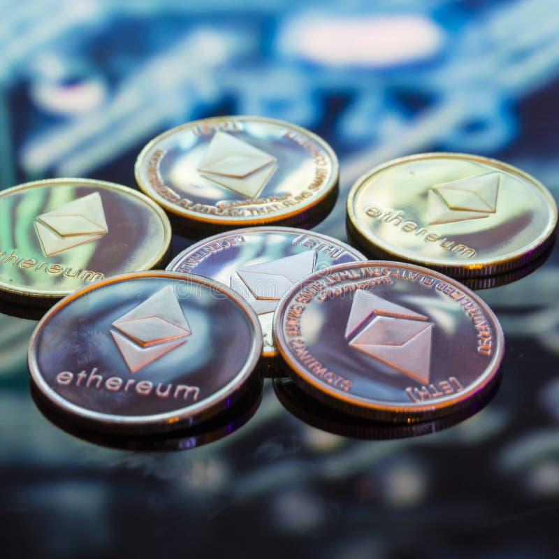 Bitcoin złoto, monety i defocused drukowany circ, srebne i miedziane zdjęcie stock