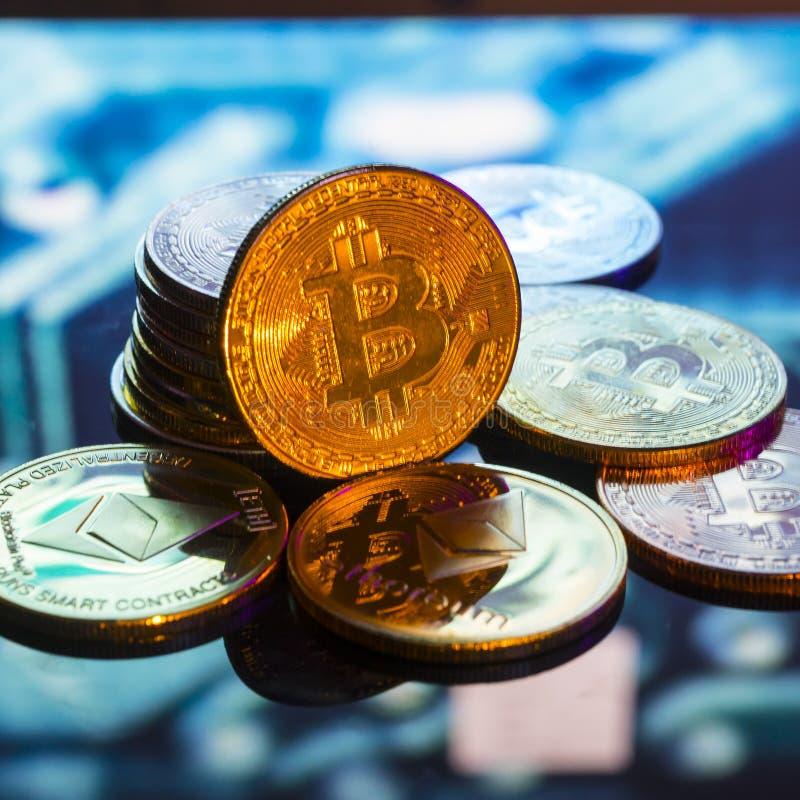 Bitcoin złoto, monety i defocused drukowany circ, srebne i miedziane obrazy royalty free