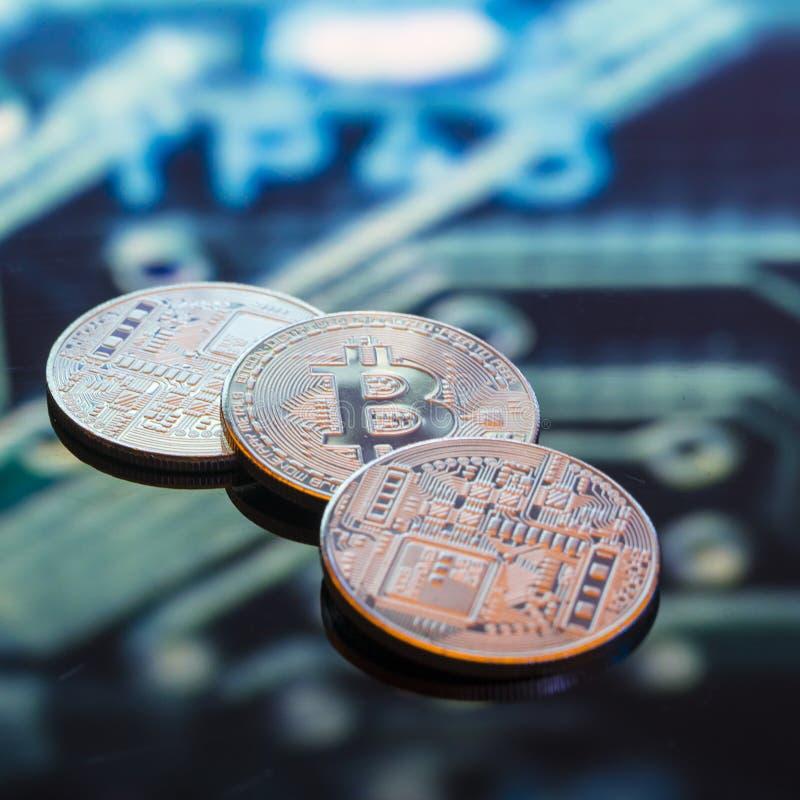 Bitcoin złoto, monety i defocused drukowany circ, srebne i miedziane fotografia stock