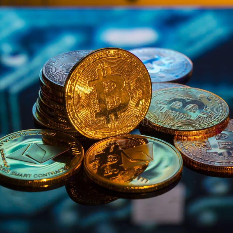 Bitcoin złoto, monety i defocused drukowany circ, srebne i miedziane zdjęcie royalty free