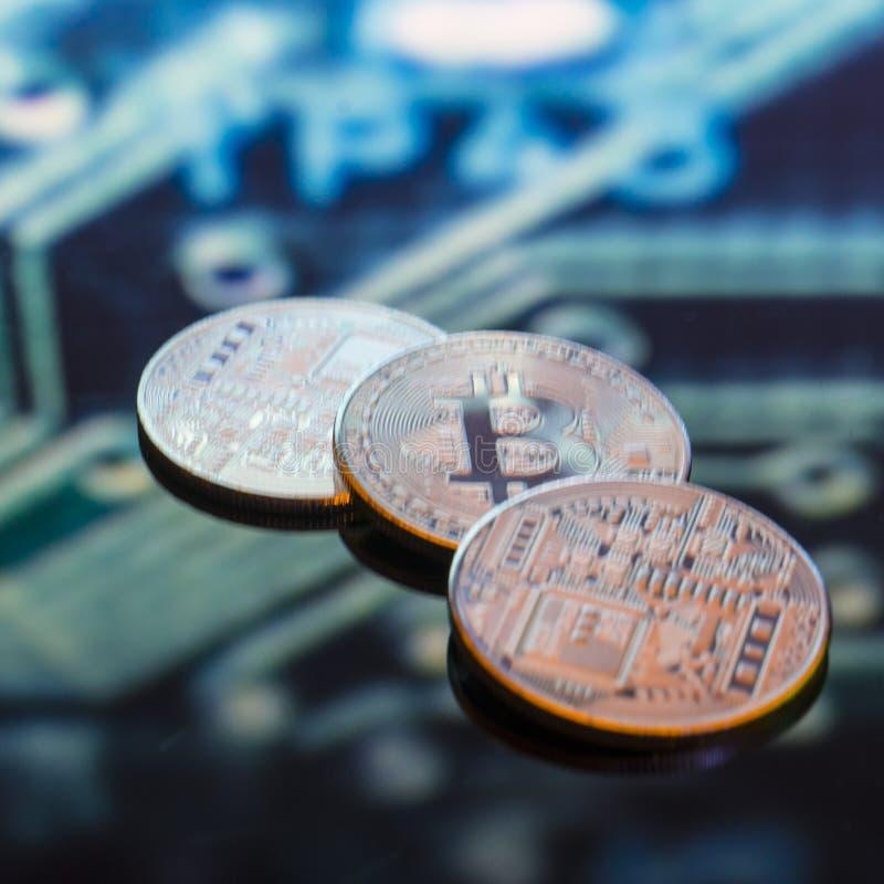Bitcoin złoto, monety i defocused drukowany circ, srebne i miedziane zdjęcia stock