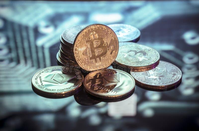 Bitcoin złoto, monety i defocused drukowany circ, srebne i miedziane obraz stock