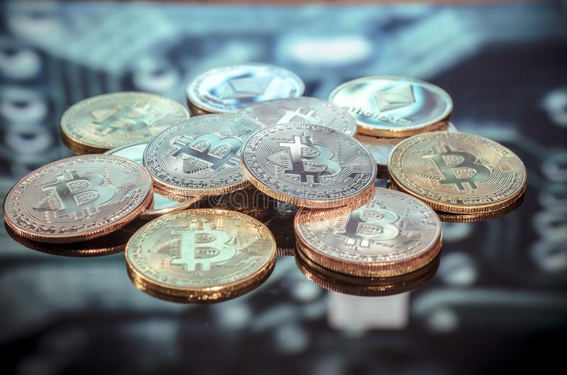 Bitcoin złoto, monety i defocused drukowany circ, srebne i miedziane obraz royalty free