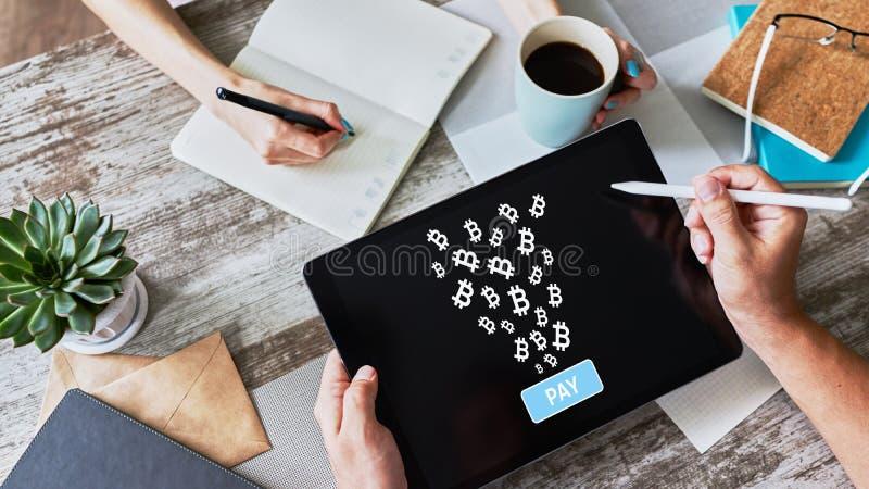 Bitcoin zapłata akceptująca na przyrządu ekranie, cryptocurrency, blockchain fotografia royalty free
