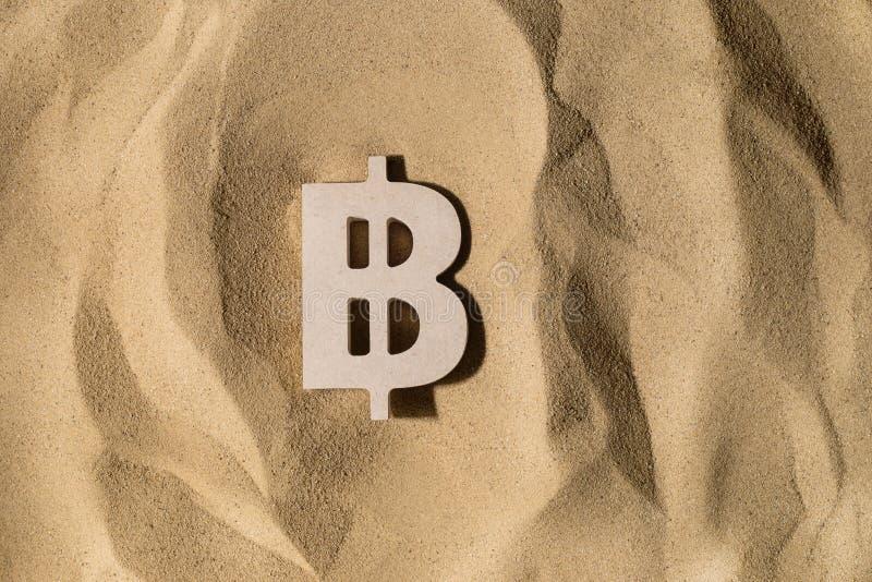 Bitcoin-Zeichen auf dem Sand stockfoto