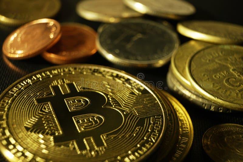 Bitcoin-Zeichen mit unterschiedlichem Münzenhintergrund stockbilder