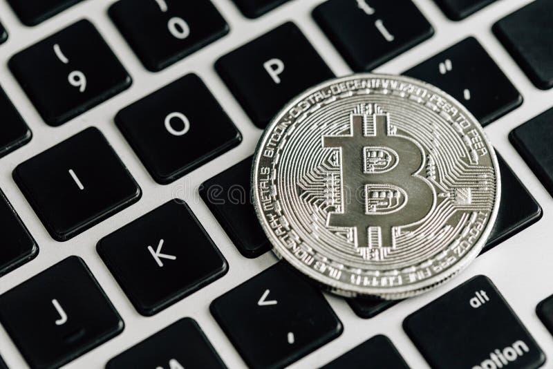 Bitcoin zilveren muntstuk op computerlaptop toetsenbord Virtueel cryptocurrencyconcept stock foto's
